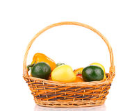 苹果bascket篮子弓果子葡萄猕猴桃桔子桃子红色附加的柳条 免版税库存图片
