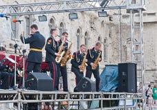 范围军事表现俄语萨克斯管吹奏者 免版税库存照片