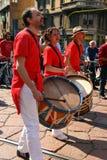 范围意大利米兰音乐家游行街道 免版税库存照片