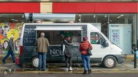 范在大街Chippenham的Food Stall 库存照片