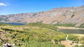 范,土耳其- 2013年9月28日:内姆鲁特火山火山口两个湖  库存图片