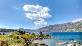 范,土耳其- 2013年9月28日:内姆鲁特火山火山口内梅鲁特湖  免版税图库摄影