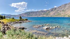 范,土耳其- 2013年9月28日:内姆鲁特火山火山口内梅鲁特湖  库存图片