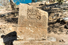 范,土耳其- 2013年9月30日:在圣洁十字架(Akdamar Kilisesi)的大教堂的后院的墓碑 免版税库存图片