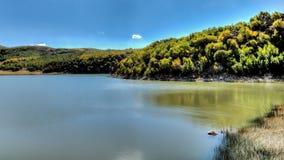 范,土耳其- 2013年9月28日:湖内姆鲁特火山火山口Ilica  库存照片