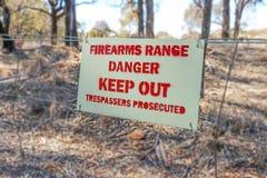 范围保持侵入者被检控的危险火器在篱芭签字 免版税库存图片