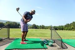 范围的高尔夫球运动员 库存图片