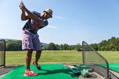 范围的高尔夫球运动员 库存照片