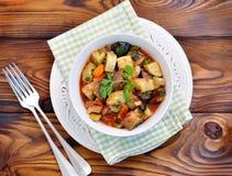 茄子、夏南瓜、葱、红萝卜、蕃茄、大蒜和荷兰芹菜炖煮的食物  免版税库存照片