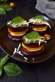 从茄子、夏南瓜、蕃茄和年轻乳酪的开胃菜在黑暗的背景 素食食物 ratatouille 免版税库存图片