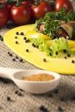 茄子冷的开胃菜在厨房的上用草本、蕃茄、胡椒和香料 库存照片