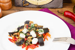 茄子沙拉用辣椒粉,希脂乳 库存照片
