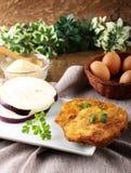 茄子炸肉排用被搅拌的鸡蛋和面包渣 库存图片