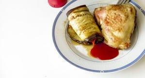 茄子用红萝卜和金黄鸡大腿 库存照片