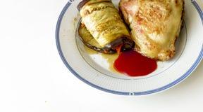 茄子用红萝卜和金黄鸡大腿 库存图片