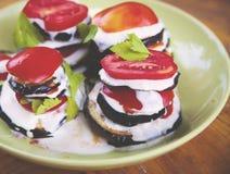 茄子用蕃茄和乳脂状的蒜酱油 免版税图库摄影