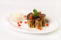 茄子第二个盘滚动用肉和调味汁在白色板材 库存照片