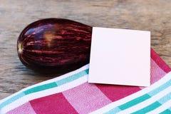 茄子餐巾白色卡片 免版税库存图片