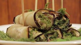 茄子滚动与填装加料碎肉 东部烹调完成的盘  影视素材