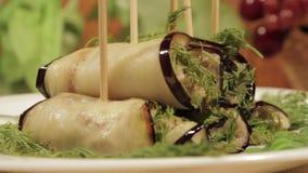 茄子滚动与填装加料碎肉 东部烹调完成的盘  股票视频