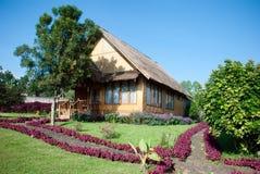 茅草屋顶房子和庭院 图库摄影