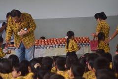 茉莉花的篮子蛋糕发芽学校学生三宝垄 图库摄影