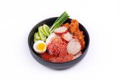 茉莉花米用肉和煮沸的鸡蛋冠上了红色甜调味汁 免版税库存照片