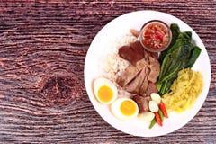 茉莉花米用被炖的猪肉飞腓节, Khao Kha Moo Palo 库存照片