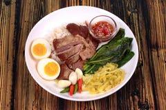 茉莉花米用被炖的猪肉飞腓节, Khao Kha Moo Palo 免版税库存图片