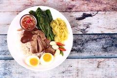 茉莉花米用被炖的猪肉飞腓节, Khao Kha Moo Palo 库存图片