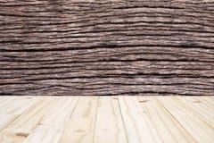 茎树(中心选择的焦点)墙壁和木头木纹理  库存照片