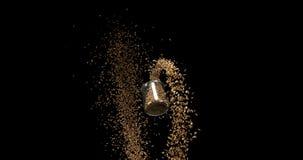 茴香,落反对黑背景,陶器,慢动作的foeniculum vulgare种子  股票录像