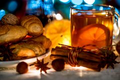 茶、圣诞灯和酥皮点心舒适静物画  库存照片