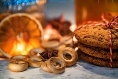 茶、圣诞灯和酥皮点心舒适静物画  免版税库存图片