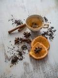 茶、干桂香、桔子和茴香在白色木背景 库存照片