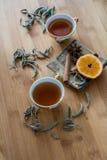 茶、干桂香、桔子和茴香在背景 免版税库存照片
