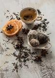 茶、干桂香、素食主义者曲奇饼、桔子和茴香在木b 免版税库存照片