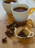 茶、干桂香、素食主义者曲奇饼和茴香在木backgro 库存照片