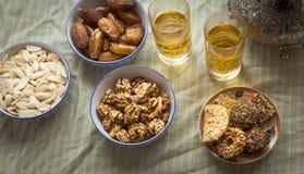 茶、日期、坚果、杏仁和传统摩洛哥甜点顶视图静物画射击 库存图片