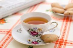 茶、曲奇饼和报纸 免版税库存图片