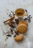茶、桂香、素食主义者曲奇饼和茴香在木backgroun 免版税库存照片