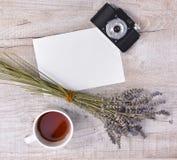 茶、淡紫色、葡萄酒照相机和纸片在锂的 免版税图库摄影