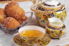 茶、牛奶和油炸圈饼 库存图片