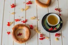 绿茶、百吉卷和无核小葡萄干 免版税图库摄影