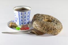 茶、百吉卷和糖果 库存图片