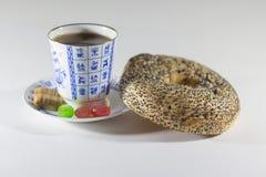 茶、百吉卷和糖果 免版税库存图片