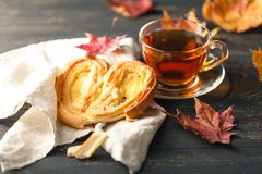 茶、自创曲奇饼、秋天槭树叶子和羊毛sca 库存图片
