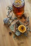 茶、茶色料、桂香、素食主义者曲奇饼和茴香在木头 图库摄影