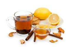 茶、蜂蜜、柠檬和桂香作为治疗寒冷 免版税库存图片