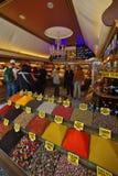 茶、香料和甜点在伊斯坦布尔Arasta义卖市场  免版税库存图片